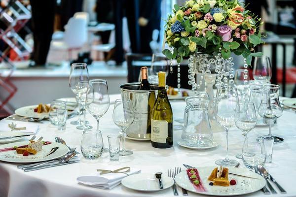 Jaka jest cena zawieszek na alkohol weselny?